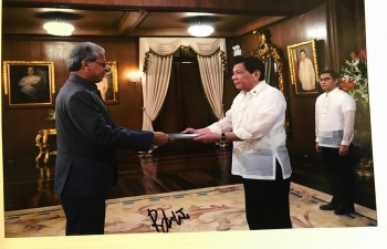 Ambassador Jaideep Mazumdar presented his credentials to H.E. President Duterte on 7 August 2017. After presenting his credentials, Ambassador and President Duterte had a tete a tete during which they exchanged views on bilateral and mutual issues of concern.