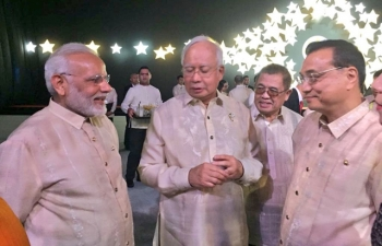 Prime Minister Narendra Modi in conversation with Malaysia's Prime Minister Najib Razak and Chinese Premier Li Keqiang at the Gala Dinner to celebrate the 50th anniversary of ASEAN in Manila, Philippines.