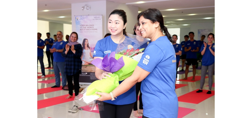 Mrs. Parvati Mazumdar welcoming the Chief Guest Mayor Lani Cayetano of Taguig City at the opening ceremony of the IDY 2018 event in Taguig City on 16 June 2018.