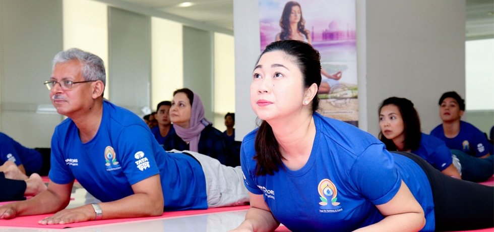 Ambassador Mazumdar and Mayor Cayetano taking part in the Yoga Session during the IDY 2018 celebration in Taguig City on 16 June 2018.
