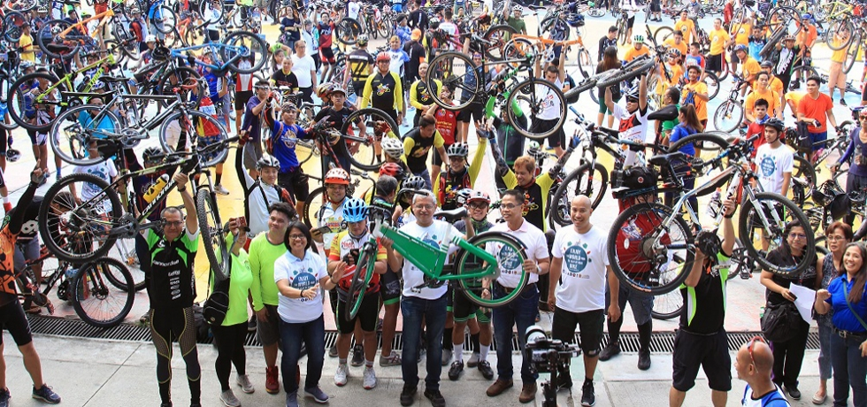 Ambassador Jaideep Majumdar with bicycle enthusiasts at Quezon City,Philippines on 2 June 2019, as Embassy of India celebrates the World Cycle Day to promote