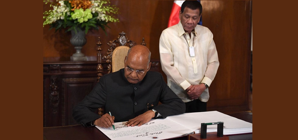 Hon'ble President Shri. Ram Nath Kovind signing the guestbook at Malacanang Palace on 18 October 2019