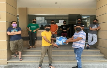 Continuing its efforts to help Indians in need in the Philippines amidst COVID-19 Pandemic, the Embassy of India in Manila provided masks to Indian students in Angeles University Foundation, Angeles City.