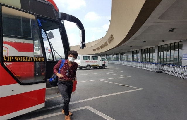 Students arrive at Manila International Airport in buses arranged for them by the Embassy.